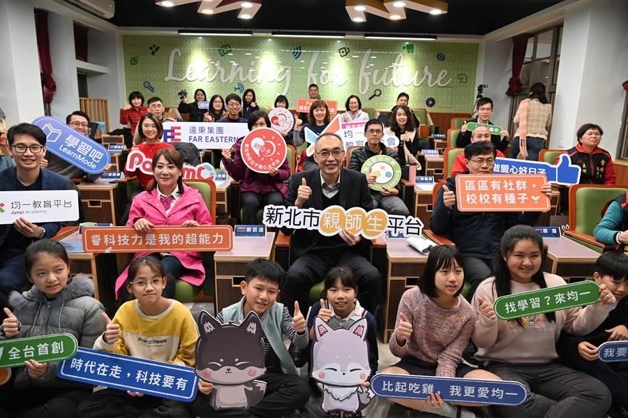 新北市教育局今(13日)於新店國小成立全國首創「新北市科技化學習扶助教學中心」。(葉書宏攝)