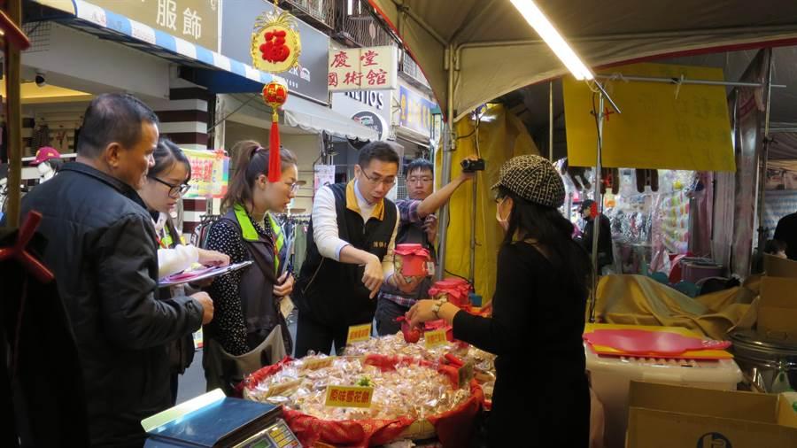 台中市府法制局消保官會同相關單位,13日聯合稽查年貨大街「天津路商圈」,讓民眾安心採買年貨。(盧金足攝)