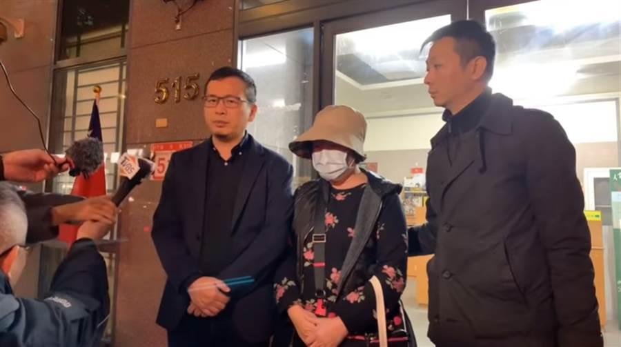 羅智強(圖左)建議女網友(圖中)親自到案說明,她也為自己不當的言論向王婉諭鄭重的致歉。(影片取自戰神94強youtube)