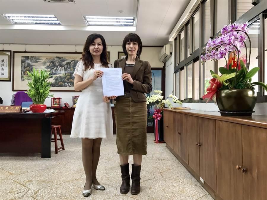 台中女中與美國緬因州桑頓中學共同簽署姊妹校,雙方並攜手簽署「雙聯學制合作備忘錄」。(中女中提供/林欣儀台中傳真)