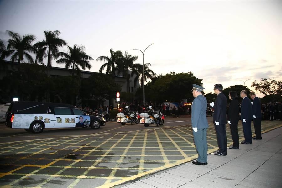 蔡英文總統站國防部大門口向沈一鳴移柩車隊致敬。軍聞社提供