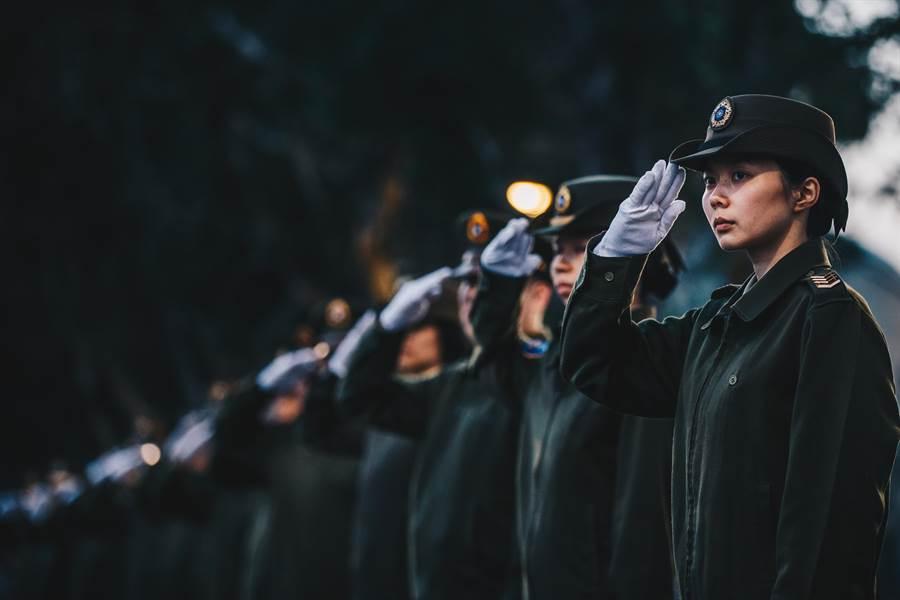 國軍官兵代表向沈一鳴移柩車隊致敬。軍聞社提供
