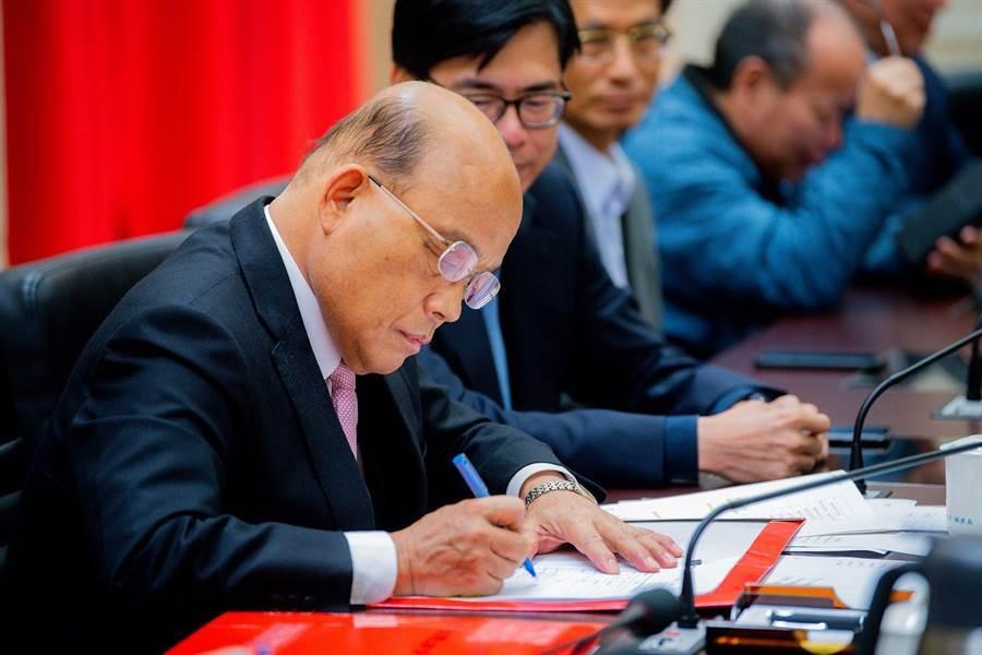 內閣總辭,蘇揆簽署辭呈公文。(政院提供)