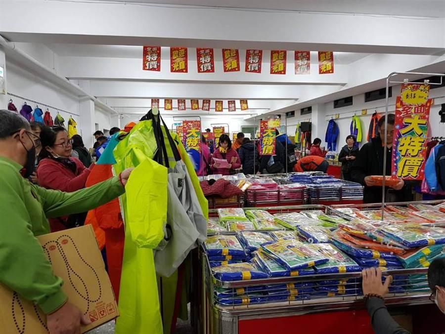 達新工業舉辦特賣會,13日進入第二天,民眾撥空前往選購風雨衣及防寒服飾等產品。圖/劉朱松