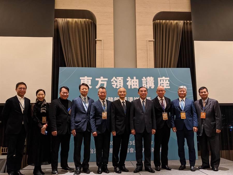 與會企業家與法務部長蔡清祥(右4)合影。(胡欣男攝)