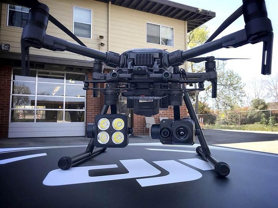 圖中是由美國消防與救難部門使用的大疆無人機,它配備有熱成像攝影鏡頭,可以協助進行消防與搜索救難工作。(圖/美聯社)