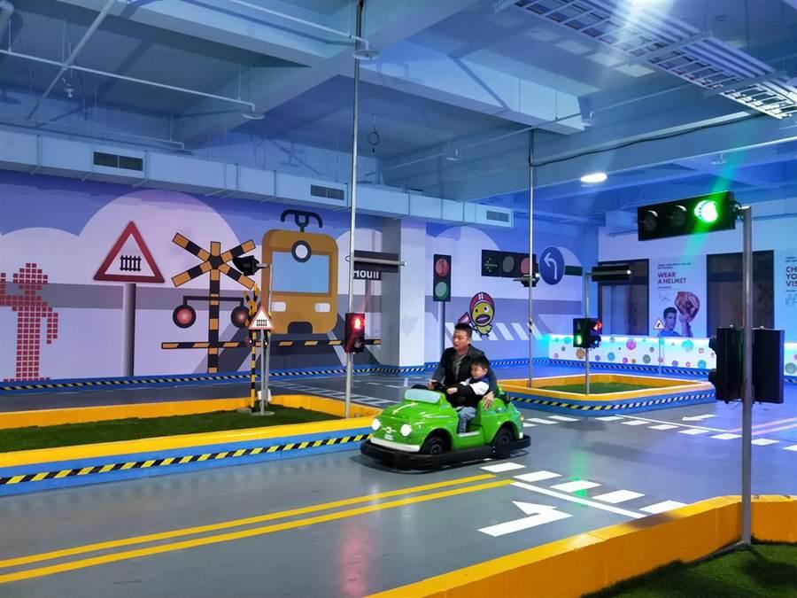 麗寶國際賽車場兒童交通安全教育館13日開幕,「路考測驗」最讓學童感到新奇。(陳淑娥攝)