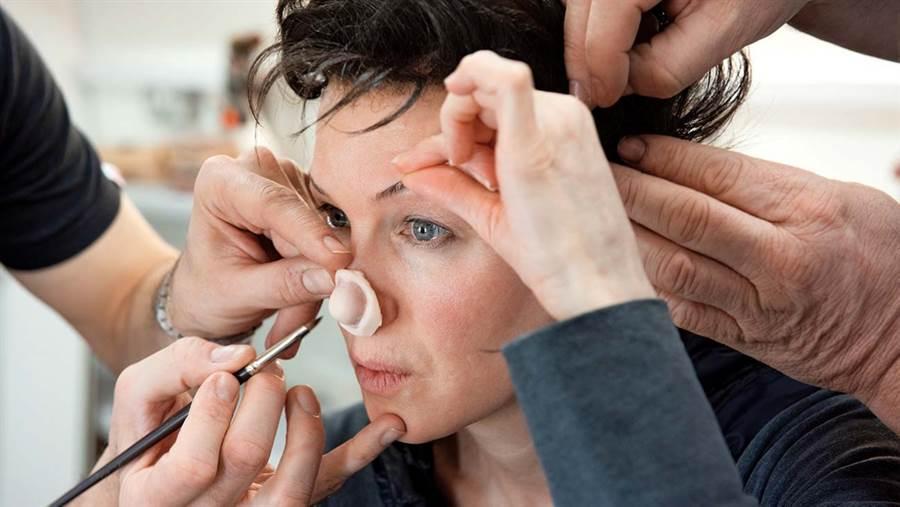 芮妮齊薇格為了完美化身茱蒂嘉蘭,黏上假鼻子。(翻攝自網路)