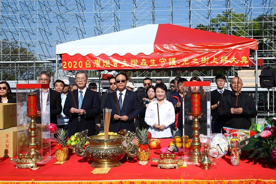 台灣燈會主燈13日舉行上樑儀式,台中市長盧秀燕(右三)、交通部觀光局長周永暉(左四)主持大典。(陳淑娥攝)