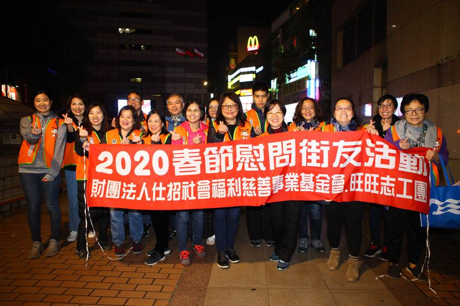仕招社會福利慈善事業基金會與旺旺志工團14日凌晨在台北車站周邊夜訪街友,發放春節慰問金,讓街友感到相當窩心。(張立勳攝)