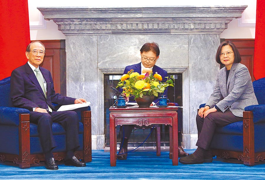 蔡英文總統(右)12日在總統府接見日本台灣交流協會會長大橋光夫(左),大橋光夫致詞時恭喜蔡總統以史上最高票獲得連任,表示未來4年對台灣是非常重要時期。(中央社)