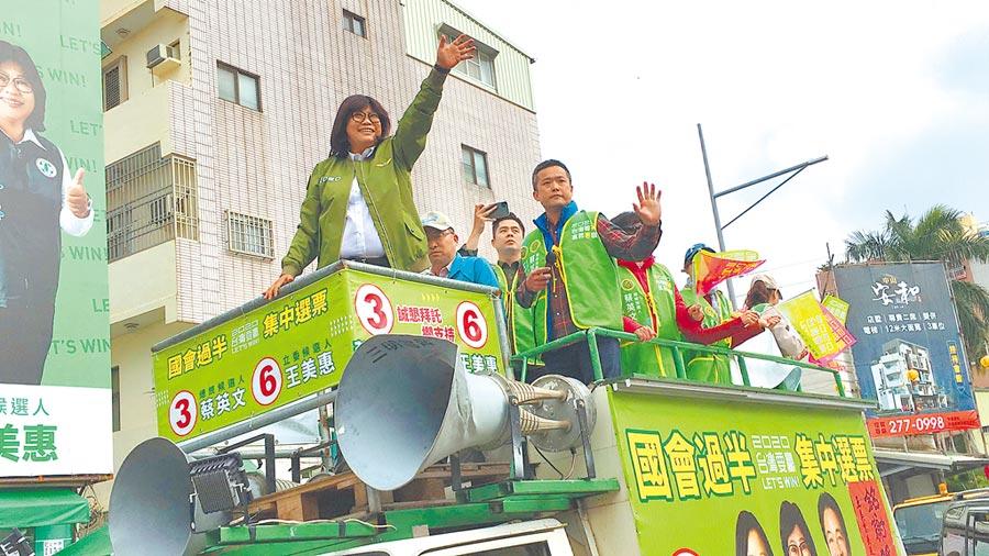 新當選嘉義市立委王美惠(左一)掃街謝票。(廖素慧攝)