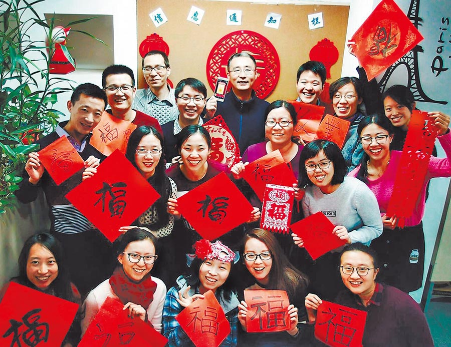 大陸關心兩岸民間交流能否持續。圖為2017年1月25日,台灣青年在北京與同事提前共慶春節。(中新社)