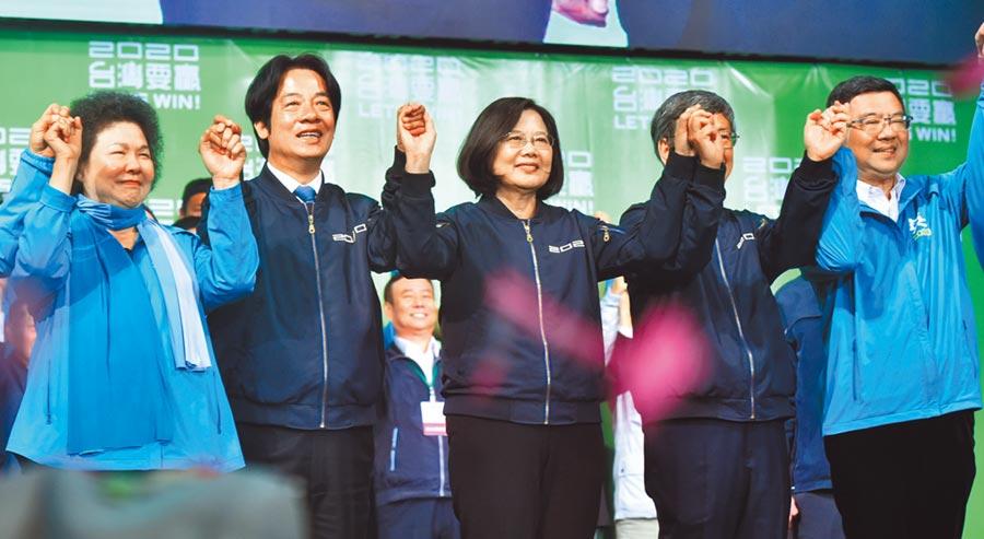 2020總統大選結果11日出爐,現任總統蔡英文(中)成功連任,左二為副總統當選人賴清德。圖/顏謙隆