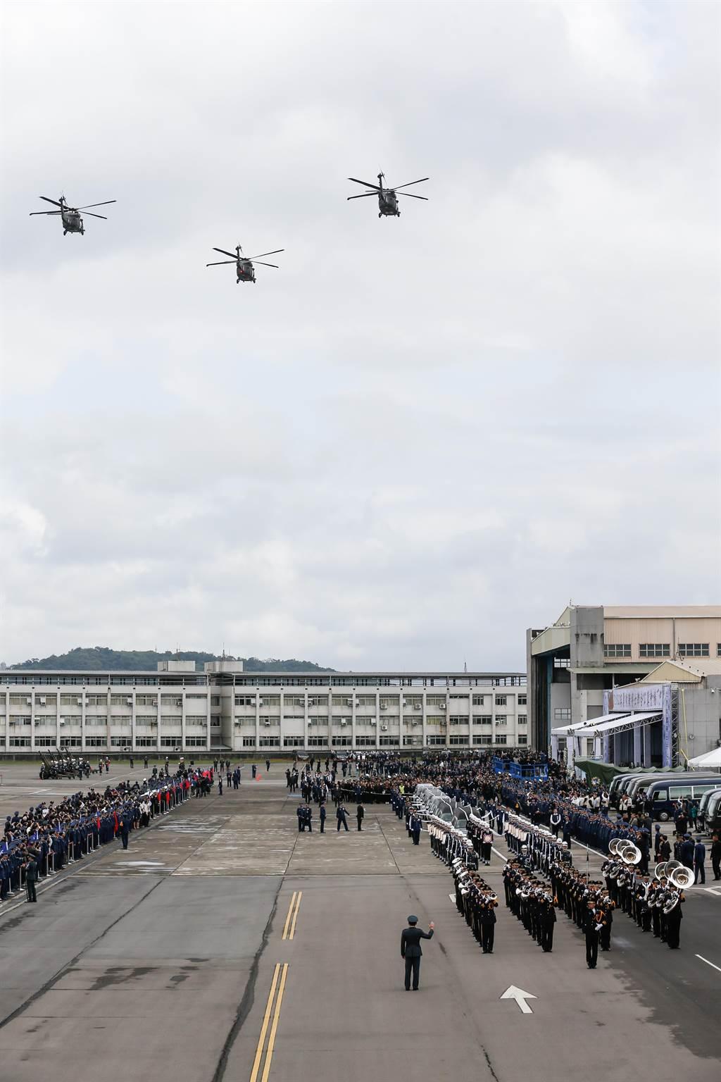 3架UH-60M黑鷹直升機、4架幻象2000戰機進行「追思致敬(missing man formation)」隊形編隊衝場。(軍聞社提供)