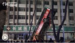 西寧馬路爆天坑 吞沒公車6死10失蹤