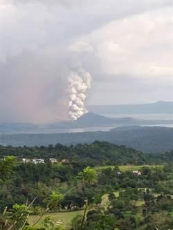 菲律賓火山瀕臨大爆發 200起地震3萬人逃離家園