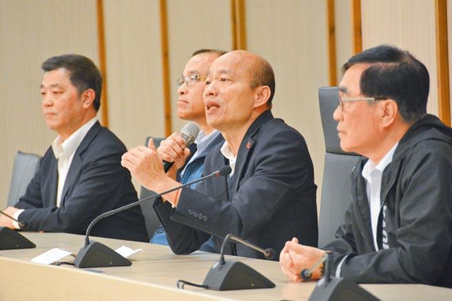 高雄市長韓國瑜13日上午開記者會回答媒體提問,3位副市長在旁陪同。(本報系記者林宏聰攝)