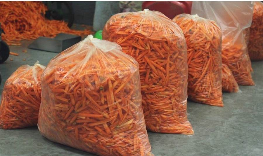 梅花鹿和山羌等其他草食性動物,則是準備了紅蘿蔔絲和多種葉菜類。(台北市立動物園提供)