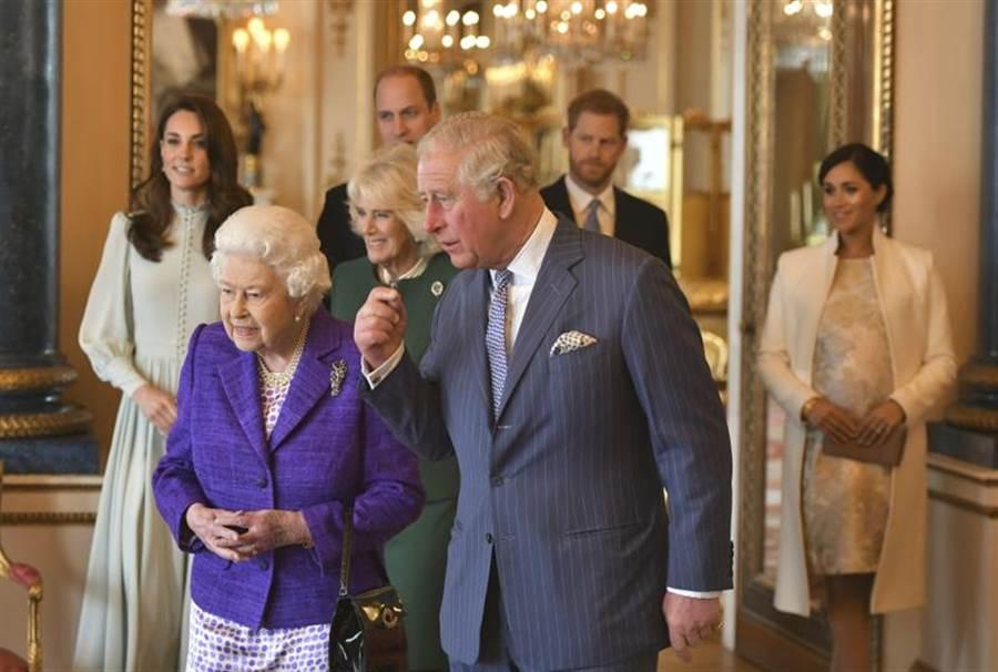 英國女王和查爾斯親王同意讓哈利梅根單飛。(圖/美聯社)