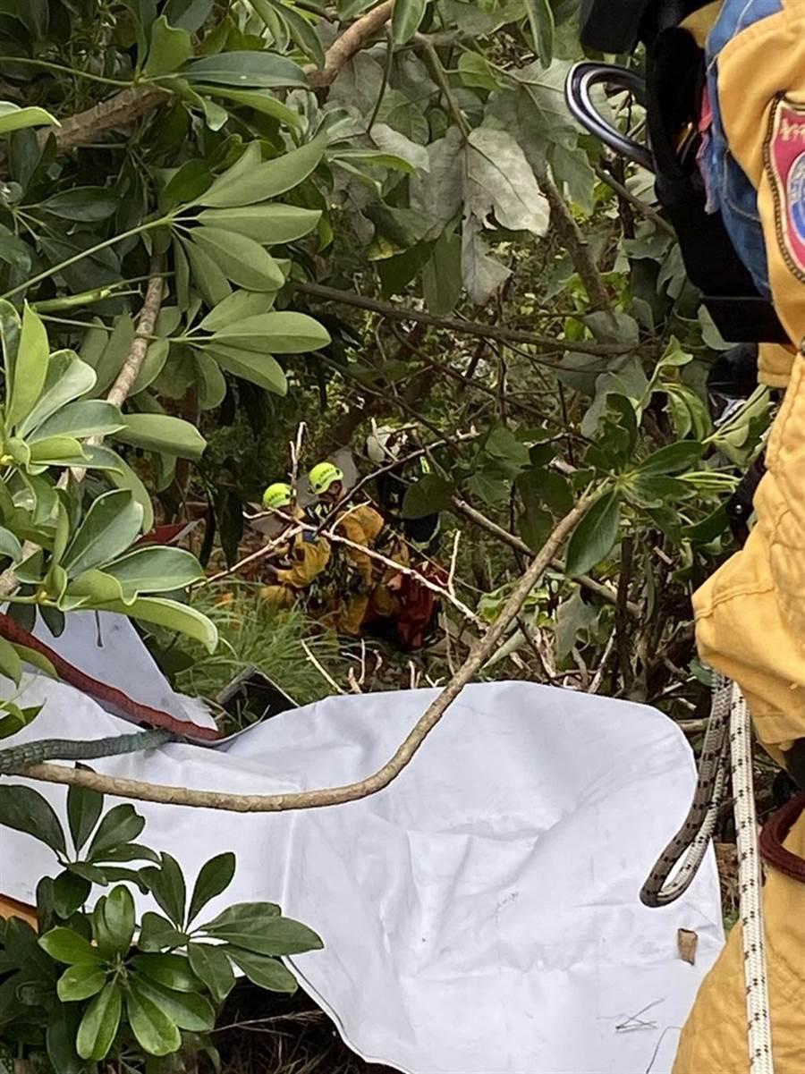 台中市一名35歲女子,受困望高寮觀景平台下邊坡,救難人員,垂降搶救。(台中市消防局提供/黃國峰台中傳真)
