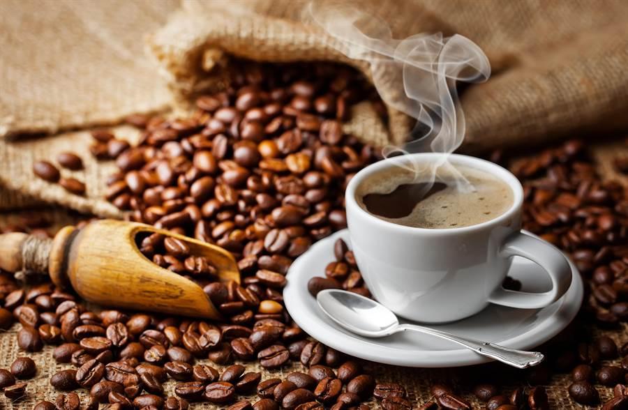 冬天早晨來杯熱咖啡暖身又醒腦,醫師叮嚀,有兩件事要注意,否則恐達反效果。(圖/Shutterstock)