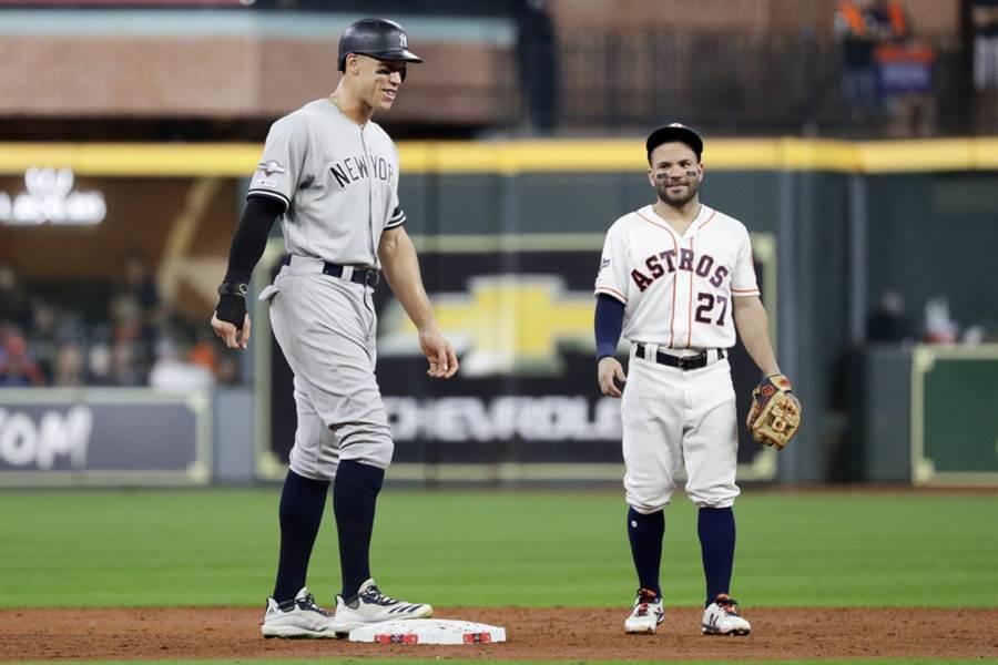 洋基外野手賈吉(左)與太空人二壘手艾爾圖維。(美聯社資料照)