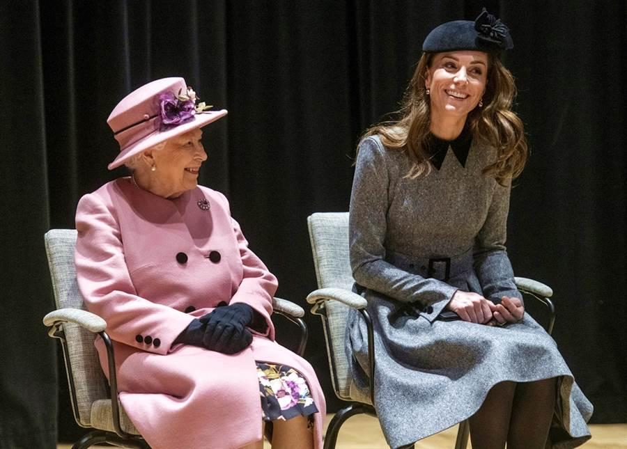 就在哈利與梅根宣布退出王室高級成員身分、惹得英國王室上上下下都不滿的時候,白金漢宮在官方推特表彰凱特的工作表現。(圖/TPG、達志影像)
