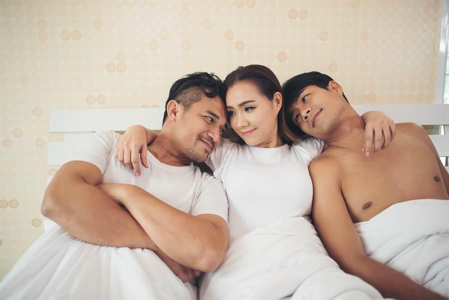 結婚僅1周 目睹妻奔摩鐵激戰2男(示意圖/達志影像)