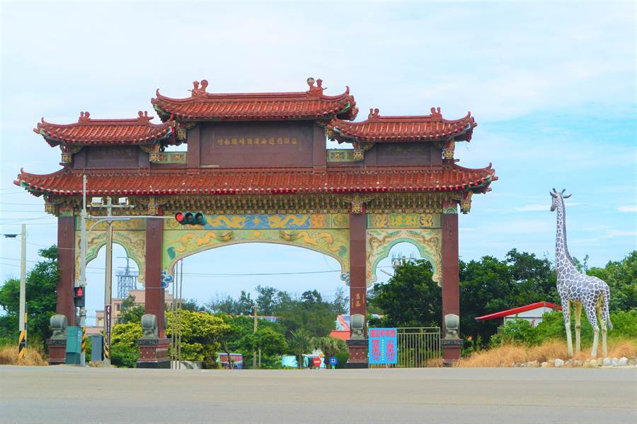 竹南鎮公所14日宣布於鎮內10處觀光及人潮聚集地,設置免費wifi,圖為崎頂海水浴場大門。(巫靜婷攝)
