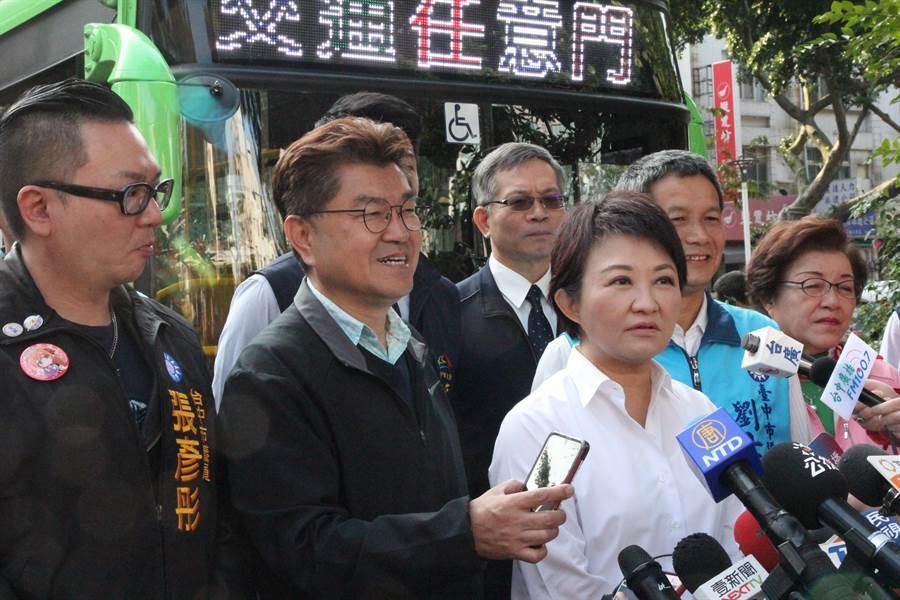 台中市長盧秀燕(左3)宣布,台中市自1月25日起加碼推出「雙十公車」,搭乘公車10公里以內免費,超過最多只收10元。(陳淑芬攝)