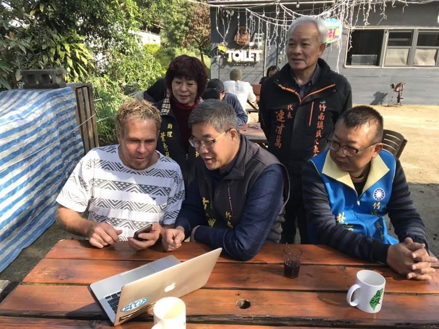 竹南鎮公所14日宣布於鎮內10處觀光及人潮聚集地,設置免費wifi,鎮長方進興與外籍遊客互動。(竹南鎮公所提供/巫靜婷苗栗傳真)