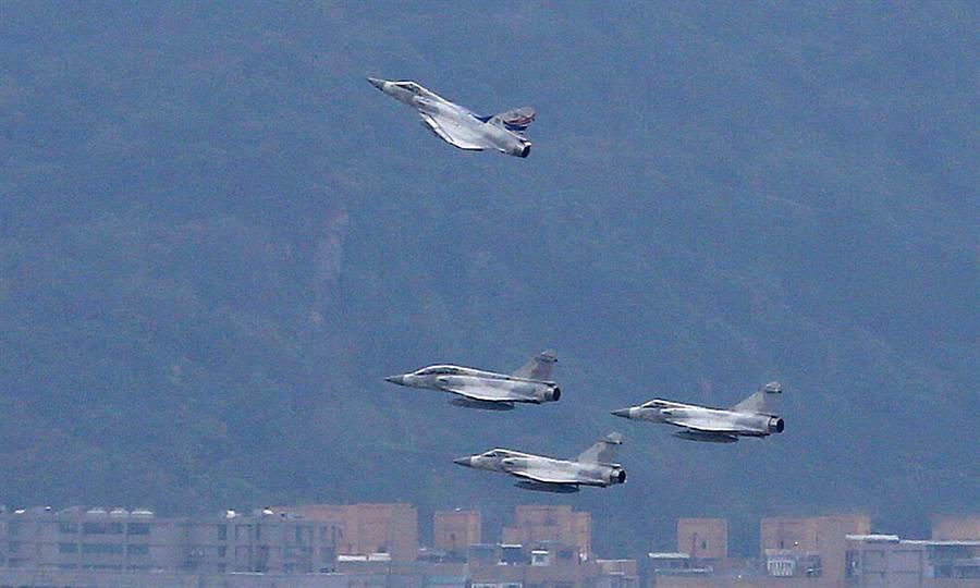 空軍幻象戰機14日上午11時53分以「追思致敬」缺席隊形飛越松山機場上空致敬。「追思致敬」是幻象2000型機採4機隊形通過啟靈隊伍正上空,並由象徵烈士的3號機向上拉升脫離編隊,代表其任務完成,烈士精神永留藍天。(范揚光攝)