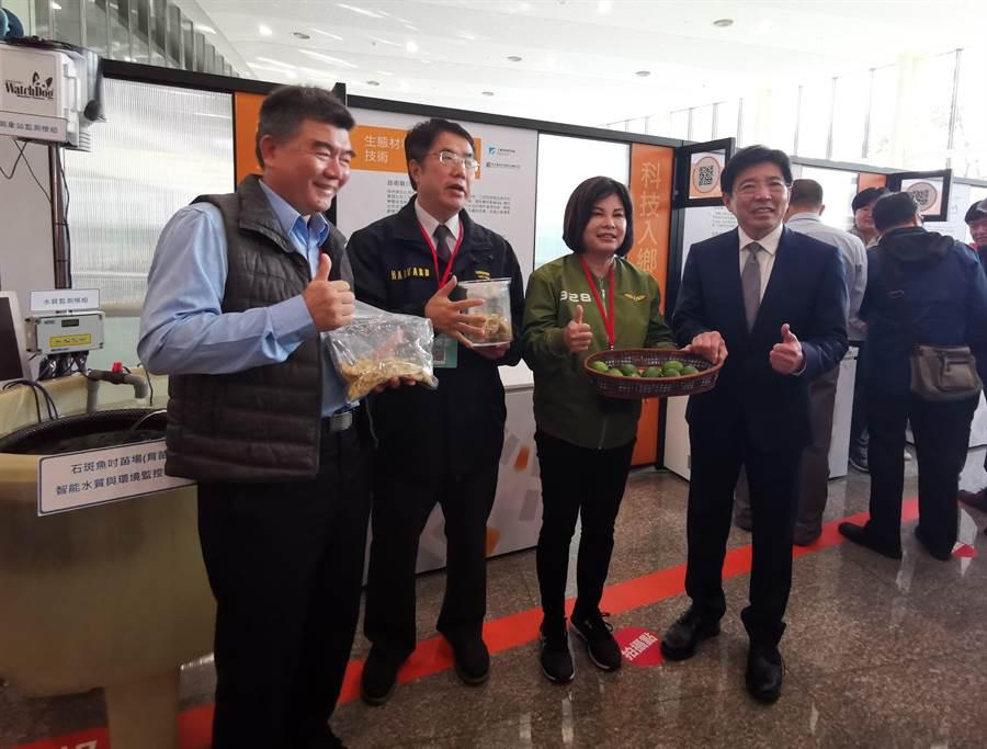 工研院院長劉文雄(右)與台南市長黃偉哲(左二)參觀工研院與永大食品研發的檸檬皮飼料。(劉秀芬攝)