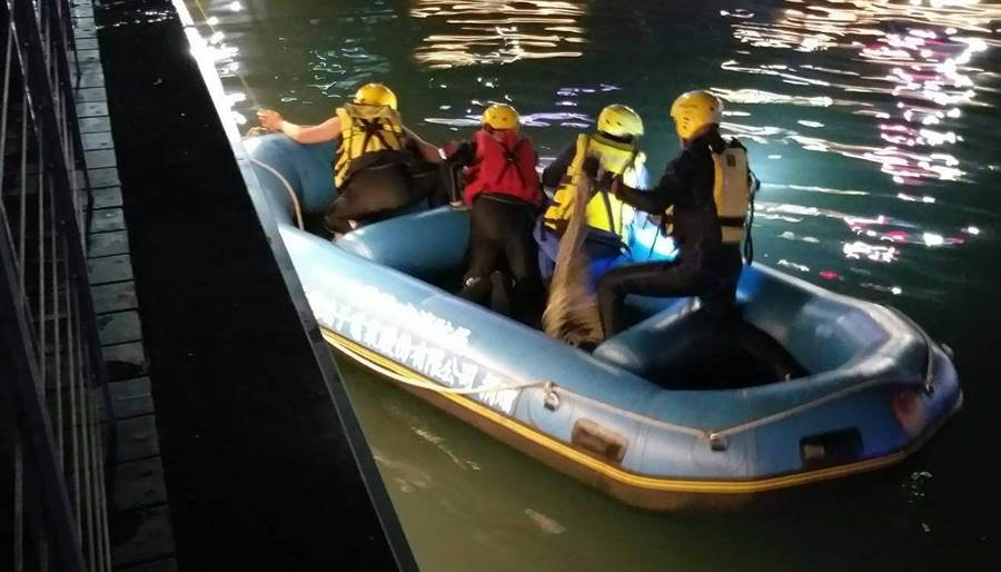 基隆海洋廣場海面上昨深夜驚見一具浮屍。(許家寧翻攝)