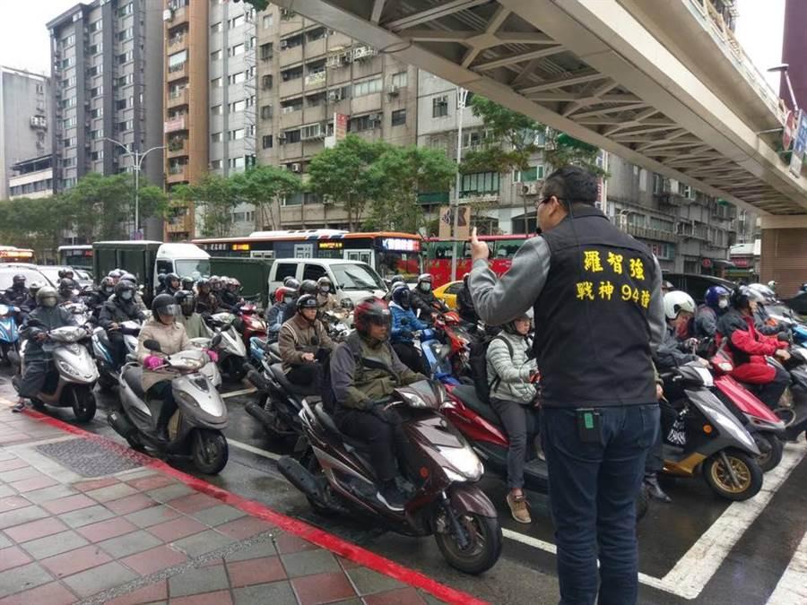 台北市議員羅智強今天繼續街頭演講。(擷取自羅智強臉書)