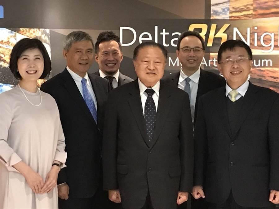台達電創辦人鄭崇華(中)、董事長海英俊(左二)、品牌長郭珊珊(左一),及日本分公司總經理柯進興(右一)特別趕到日本,參加在六本木森美術館舉行的8K投影機發表會。(大會提供)