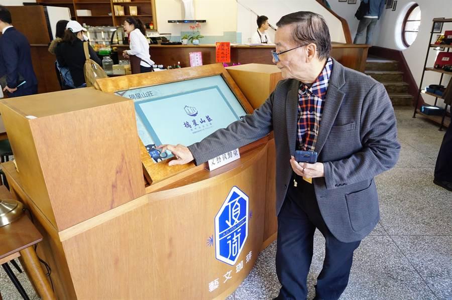 館方復刻值勤台,結合觸控螢幕提供藝文資訊。(王文吉攝)
