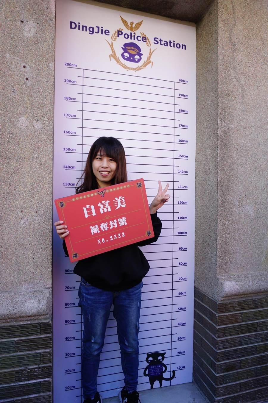 館方在外設置「罪犯身高對照尺」的打卡點,令人莞爾。(王文吉攝)