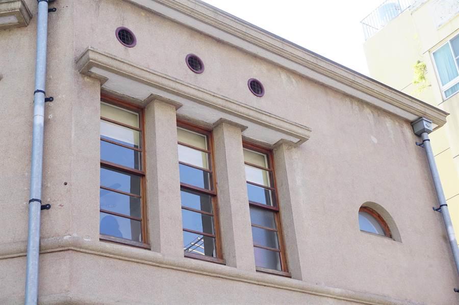 頂街派出所設計造型多元開窗,包括菱形窗、牛眼窗、半圓窗、上下平衡窗等。(王文吉攝)