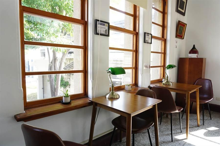 日據時期設計的上下平衡窗採光極佳,36藝文珈琲」,館內布置充滿復古情調。(王文吉攝)