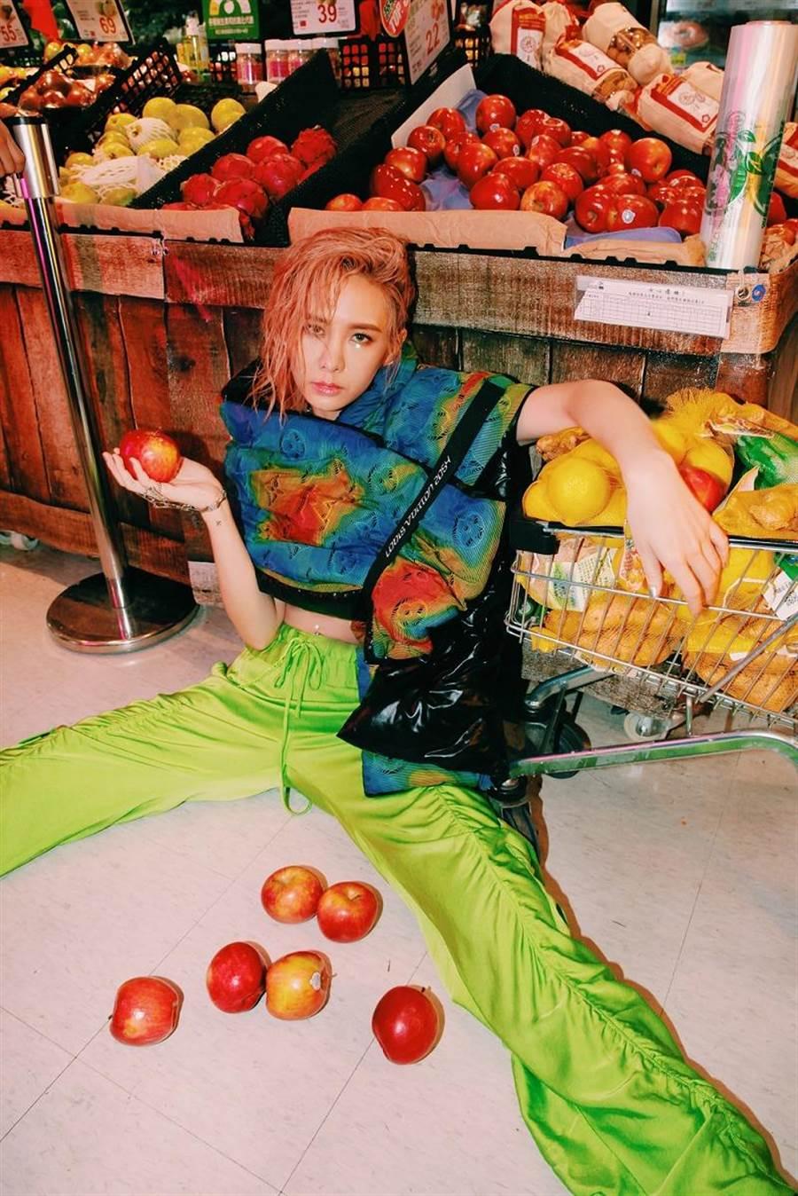 為了新專輯安心亞特地染上「草莓焦糖」全粉色頭髮造型。(環球音樂提供)