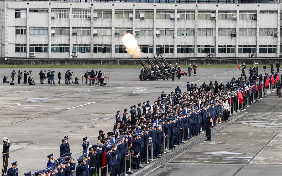 陸軍禮砲連執行鳴砲19響,向烈士們致上最崇高的敬意與追思。(軍聞社提供)
