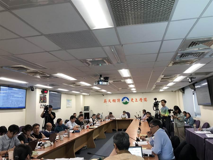 環保署今日針對羅慶仁、羅慶江兩礦場申請案開展二階環評範疇界定會議。(李柏澔攝)