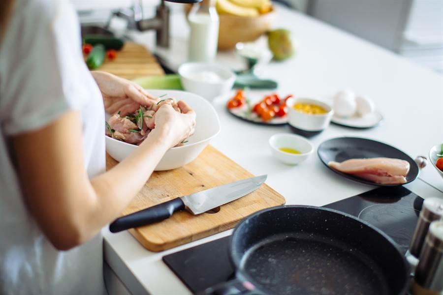 女傭煮飯加經血 稱主人會對她更好(示意圖/ 取自達志影像)