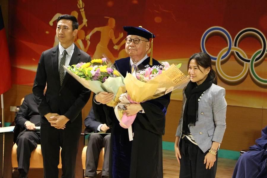 蔡辰威獲頒國立體育大學榮譽博士學位。(中華奧會提供/陳筱琳傳真)