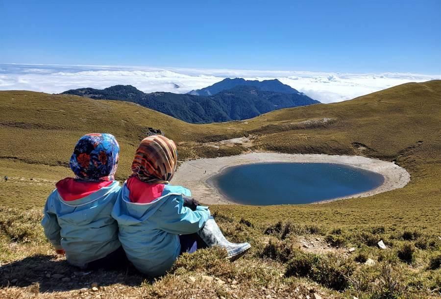 阿興與阿賢兩個小兄弟成功挑戰嘉明湖,小小背影在美麗的湖畔前,網友大讚「萌翻」。(邱德鑫提供/莊哲權台東傳真 )