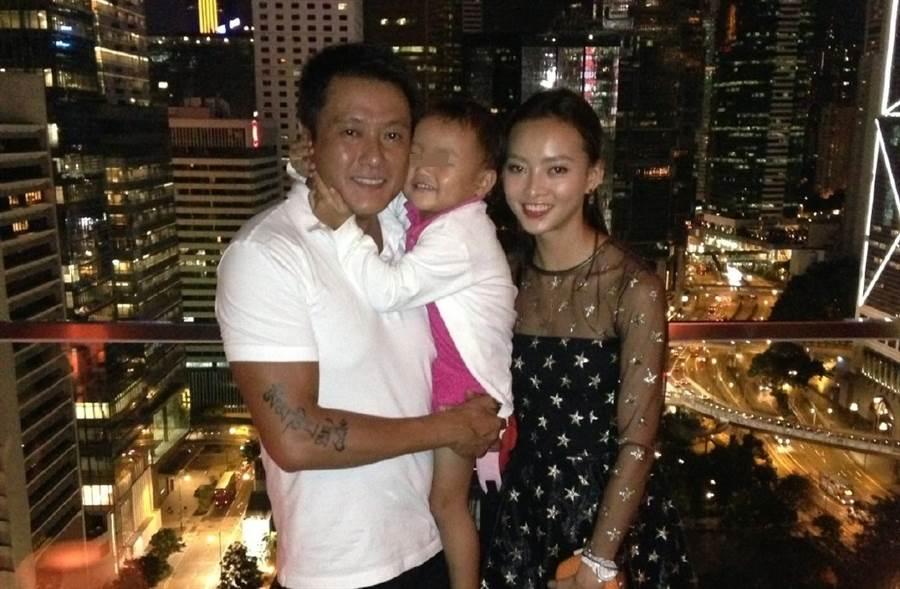 魏駿傑與妻子張利華昔日甜蜜合影,令網友看了不勝唏噓。(取自魏駿傑微博)