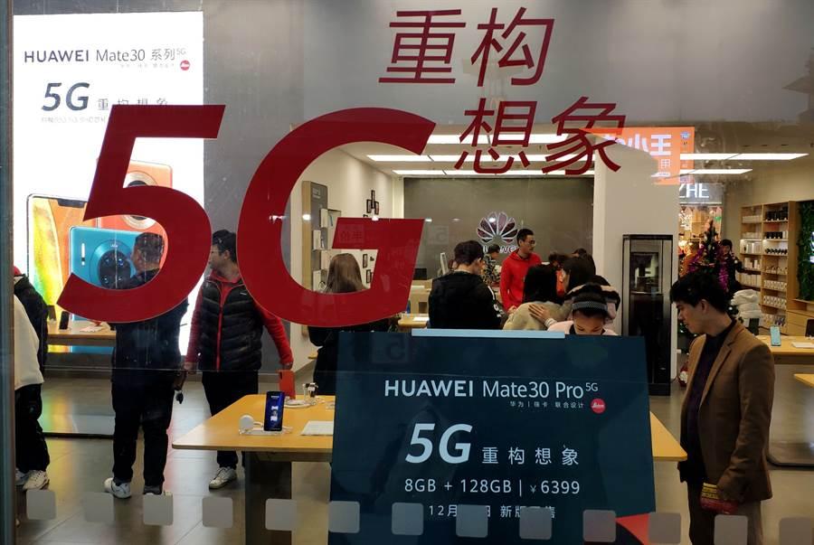 市民在福州華為手機專賣店內選購。(中新社資料照片)