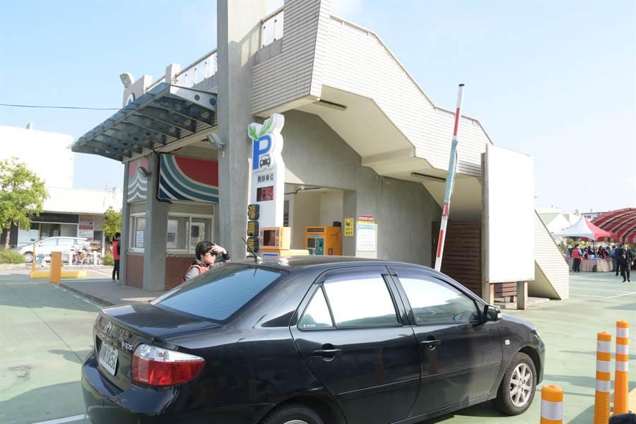 彰化縣政府推出「彰化停車GO」停車即時資訊APP,針對鹿港小鎮六處停車空間,打造智慧停車引導系統。(謝瓊雲攝)